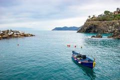 渔船在意大利语的里维埃拉港口 免版税库存照片