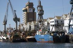 渔船在旁边在开普敦港口南非 库存图片