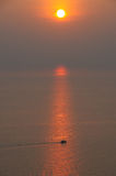 渔船在日落的海 免版税库存图片