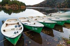渔船在晚上秋天山的湖停放 库存图片