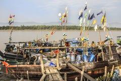 渔船在栈桥 免版税库存照片