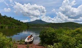 渔船在河 免版税库存图片