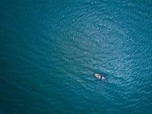 渔船在海运 从寄生虫的俯视图 库存照片