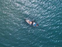 渔船在海运 从寄生虫的俯视图 免版税库存照片