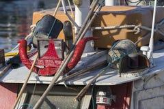 渔船在港口-垫铁和红色内裤在船上 免版税库存照片