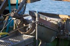 渔船在港口-处理的机器蛤蜊 免版税库存照片