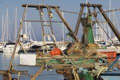 渔船在港口-捕鱼网 免版税库存照片