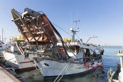 渔船在港口-收集蛤蜊的机器 免版税库存图片