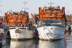 渔船在港口-收集蛤蜊的机器 免版税图库摄影
