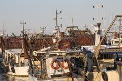 渔船在港口-收集蛤蜊的机器 图库摄影