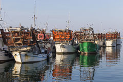 渔船在港口-收集蛤蜊的机器 库存照片