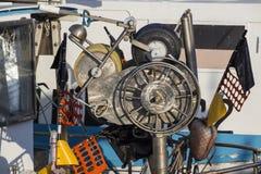 渔船在港口-收集蛤蜊的机器 免版税库存照片