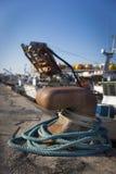 渔船在港口-有蓝色绳索的系船柱 库存照片