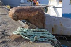 渔船在港口-有绳索的系船柱 库存照片