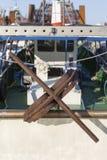 渔船在港口-生锈的船锚 免版税库存图片