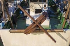 渔船在港口-生锈的船锚 库存照片