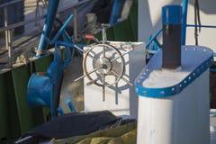 渔船在港口-船舵 库存图片