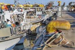 渔船在港口-黄色生锈的系船柱 免版税库存图片