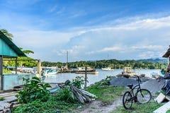 渔船在码头,利文斯通,危地马拉 免版税库存图片