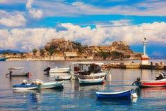 渔船在科孚岛小游艇船坞 免版税库存照片