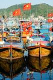 渔船在芽庄市的,越南小游艇船坞 免版税库存照片