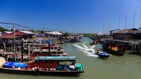 渔船在著名中国海岛靠码头在马来西亚 图库摄影