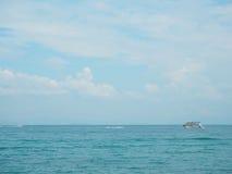 渔船在蓝色海有云彩天空背景在泰国 在夏季旅行的松弛片刻 库存图片
