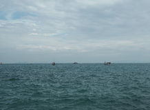 渔船在蓝色海有云彩天空背景在泰国 免版税图库摄影