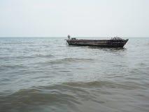 渔船在蓝色海有云彩天空背景在泰国 库存照片