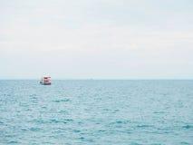 渔船在蓝色海有云彩天空背景在泰国 免版税库存图片