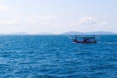 渔船在蓝色海 免版税库存照片