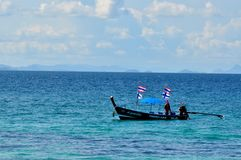 渔船在蓝色风平浪静 库存图片