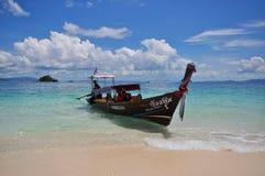 渔船在蓝色风平浪静 免版税库存照片