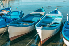 渔船在钓鱼在索佐波尔,保加利亚港的码头以后  免版税库存照片