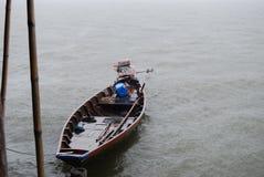 渔船在雨中 免版税库存照片