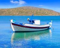 渔船在离克利特的附近,希腊海岸  库存照片