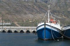 渔船在hout海湾的开普敦南非港口 免版税库存图片