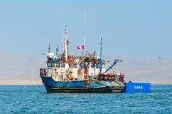 渔船在Paracas国家公园 秘鲁 免版税库存图片