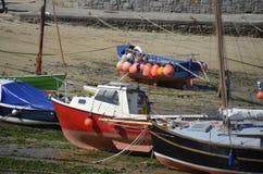 渔船处于低潮中在鼠洞港口,康沃尔郡 库存照片