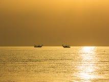 渔船拉扯他们的网在日出 亚得里亚海的费用伊米莉亚罗马甘 意大利 图库摄影
