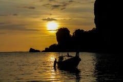 渔船日落剪影在海海滩胜地的在泰国、Krabi、Railey和Tonsai 免版税图库摄影