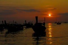 渔船日落剪影在海海滩胜地的在泰国、Krabi、Railey和Tonsai 库存照片