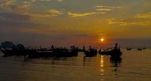渔船日落剪影在海海滩胜地的在泰国、Krabi、Railey和Tonsai 免版税库存照片