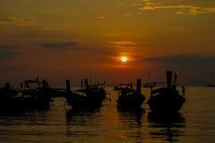 渔船日落剪影在海海滩胜地的在泰国、Krabi、Railey和Tonsai 免版税库存图片