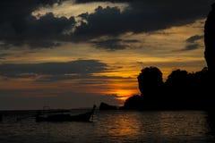 渔船日落剪影在海海滩胜地的在泰国, Krabi 库存照片