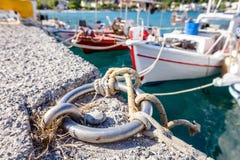 渔船栓与码头的绳索,码头特写镜头在 免版税库存图片