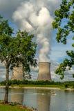 渔船由一个核反应堆的冷却塔漂浮我 免版税库存图片