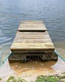 渔船的停泊由两艘生锈的浮船做成和 库存照片