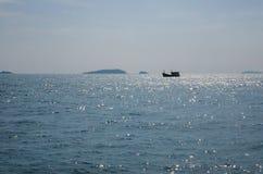 渔船航行在海运 免版税库存照片