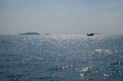 渔船航行在海运 库存图片